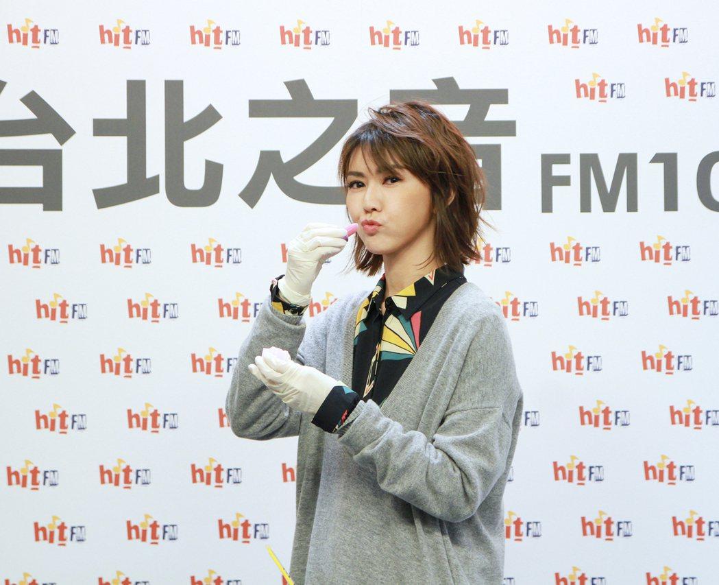 孫燕姿14日出席電台活動,嘟嘴作勢擦口紅。圖/ Hit Fm提供