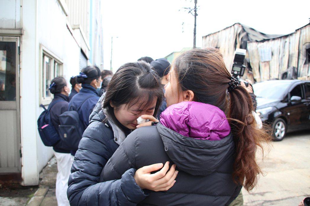 桃園市蘆竹汽車隔熱防爆膜工廠凌晨發生大火釀6六死,家屬痛哭。記者許政榆/攝影