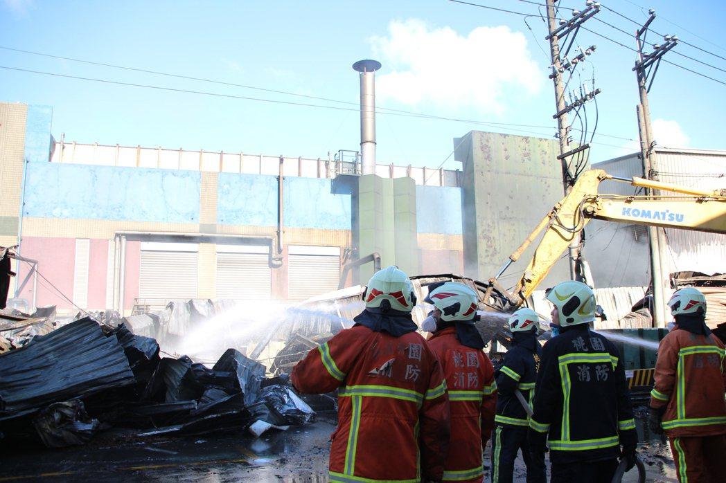 桃園市蘆竹汽車隔熱防爆膜工廠凌晨發生大火,消防隊搶救。記者許政榆/攝影