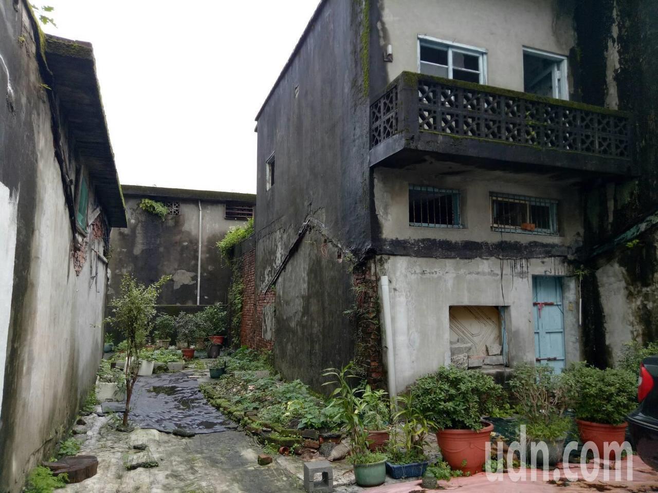 宜蘭縣冬山老街兩旁巷弄,隱藏許多懷舊復古的老房子,無人居住。記者張芮瑜/攝影