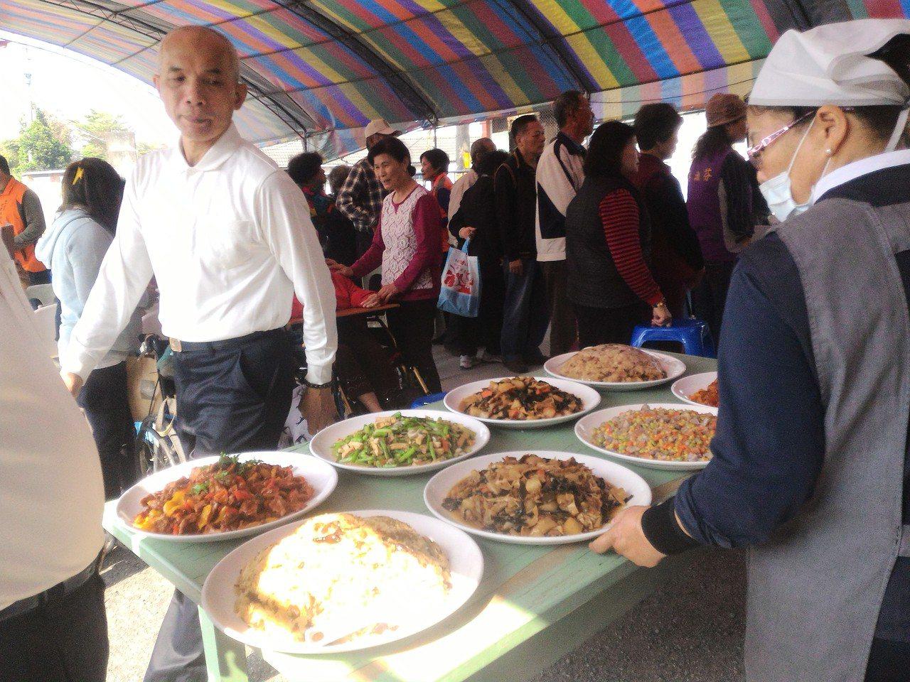 慈濟基金會與二林鎮西斗里社區發展協會合作成立關懷據點,每周一次的聚會,還提供豐富...