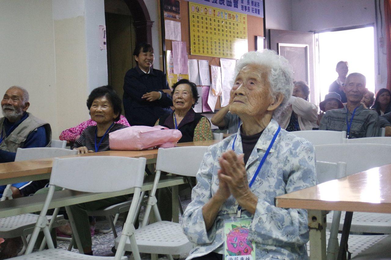 年齡最高的98歲涂莊庚妹也聚精會神看著大家表演。圖/慈濟基金會提供