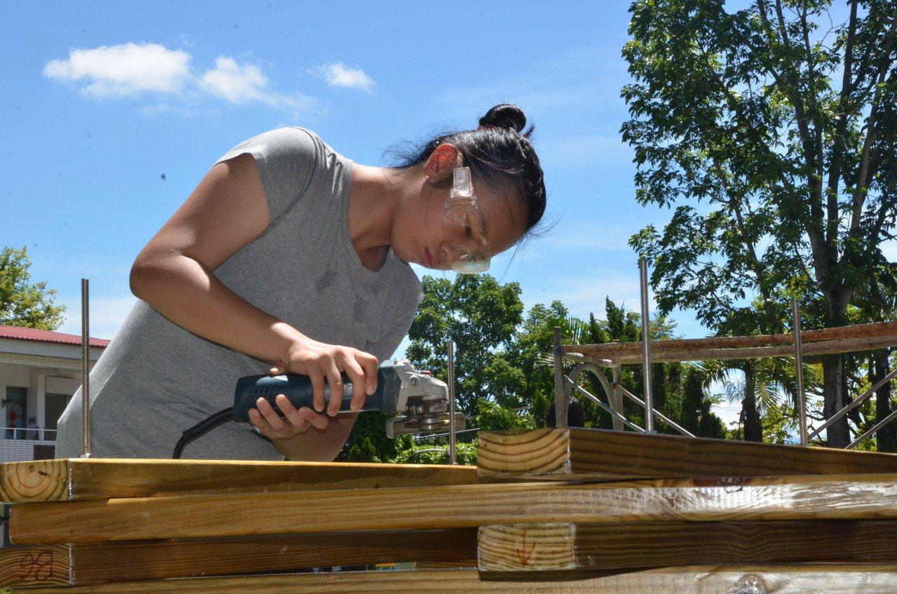 大安高工建築科運用長才到偏鄉小學造屋做志工。圖/大安高工建築科提供