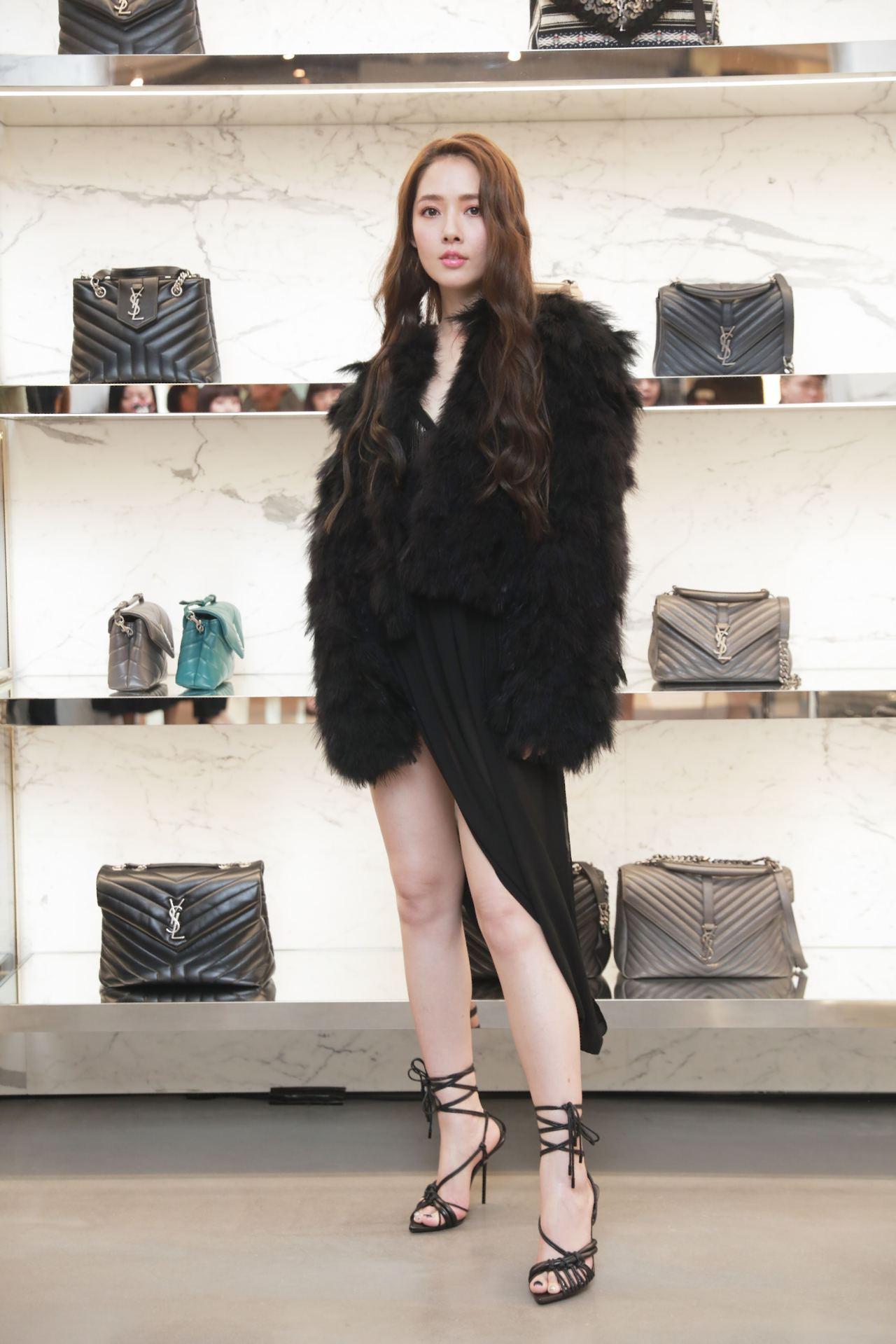 久未在台灣出席活動的郭碧婷同樣一身火辣現身,以開高衩的洋裝大秀美腿。圖/Sain...