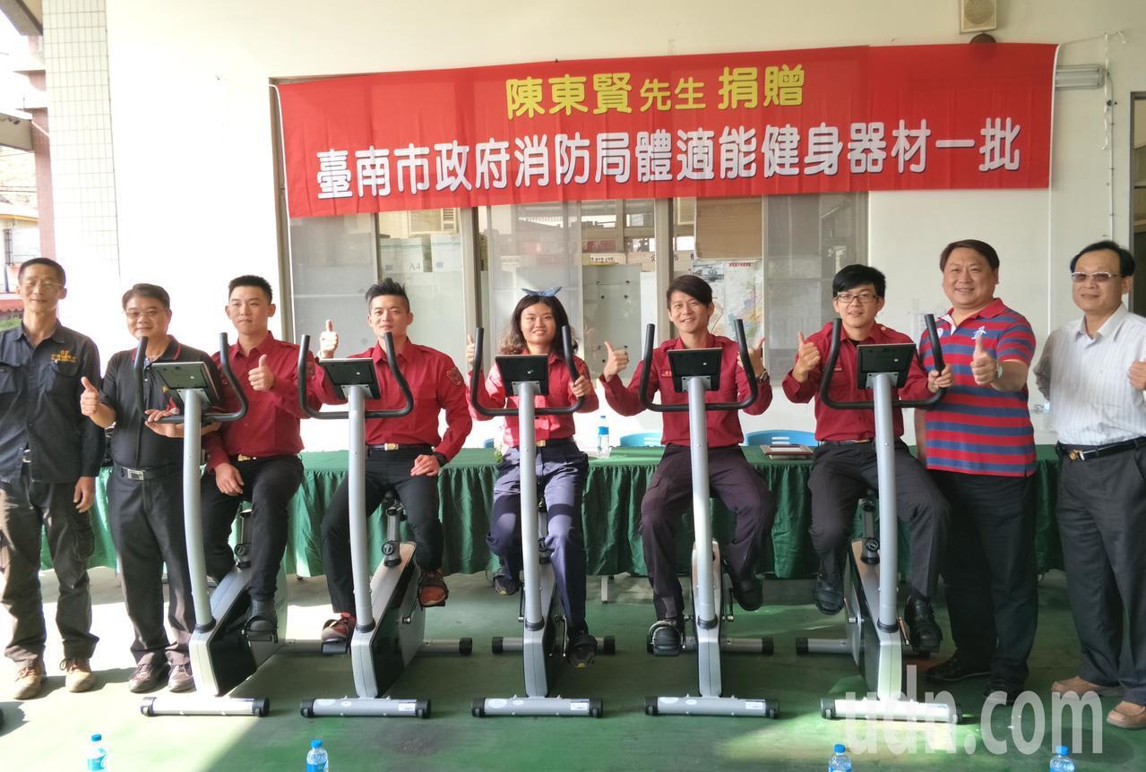 台南市民陳東賢(右2)捐贈健身運動器材給消防局,許多無暇運動的打火弟兄開心的說,...