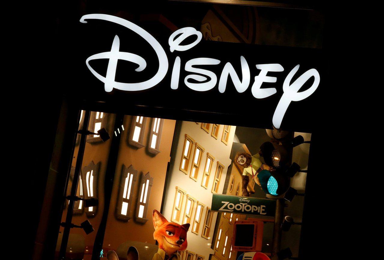 法國巴黎香榭麗舍大道上的迪士尼商店招牌。路透