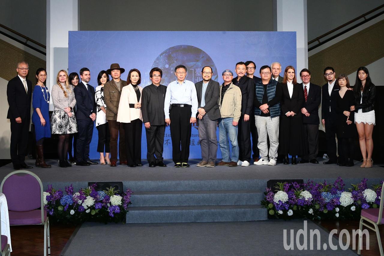 台北市長柯文哲(中)昨晚頒發第21屆臺北文化獎給三位得獎人鍾喬、黃連煜與明華園。...