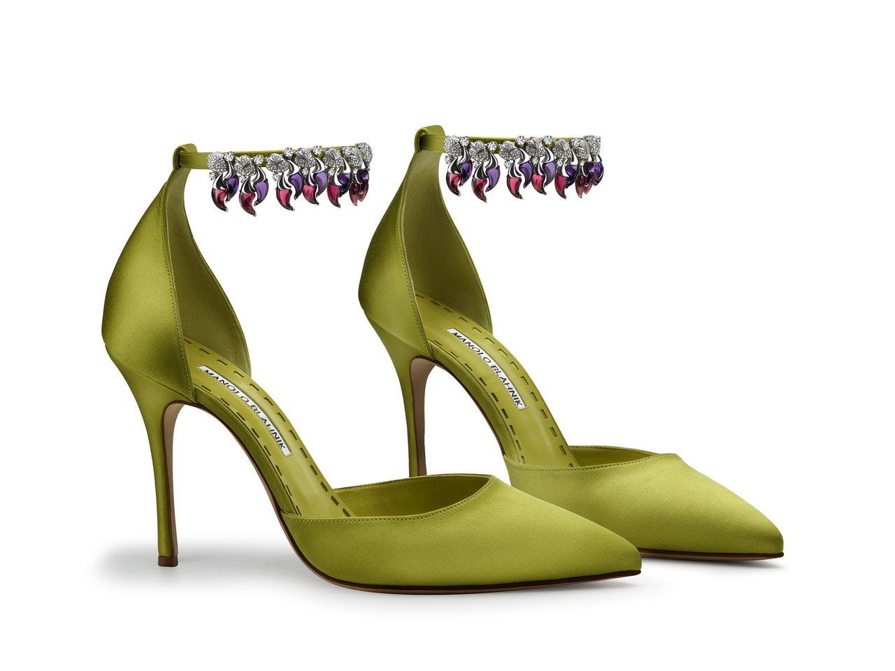 Manolo Blahnik x Bulgari 聯名限量珠寶綠絲緞淺口高跟鞋。...