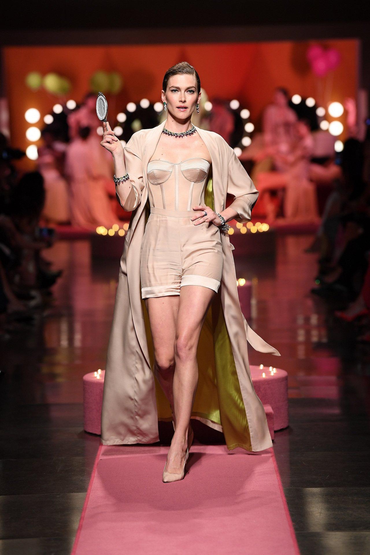 Model於寶格麗威尼斯FESTA慶典頂級珠寶秀上,完美演繹BVLGARI FE...