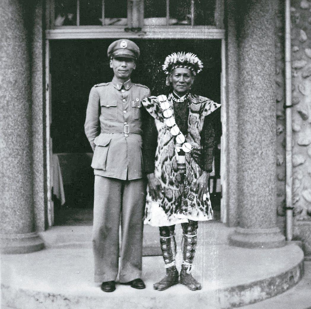 作者的父親(左)與馬智禮盛裝在遊民訓導所的門口合影。 徐統 圖片提供