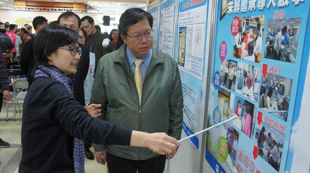桃園市長鄭文燦(右)昨天出席活動,呼籲民眾多多辦理繼承登記,保證自己的權益。 記...