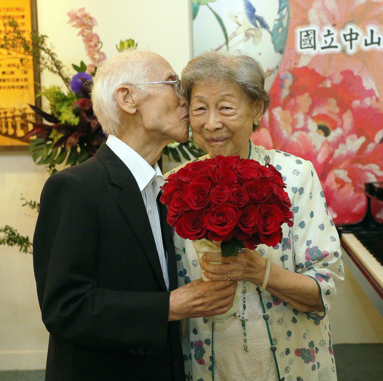 余光中曾送了33朵玫瑰給太太范我存,還深情地送上一吻。 本報資料照片