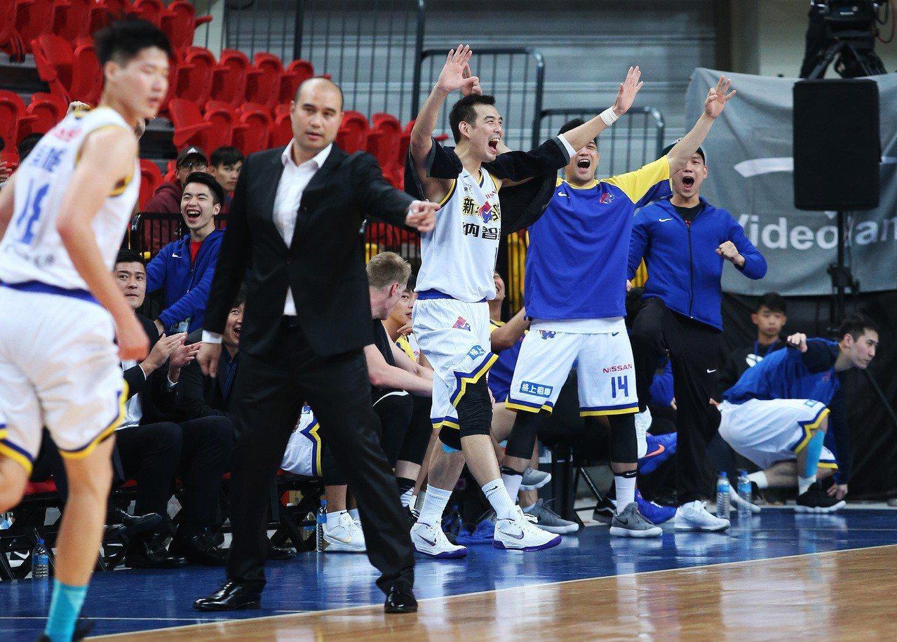 裕隆吳怡斌(左)拿下生涯新高的廿一分外帶八籃板,助隊中止二連敗。 圖/中華籃協提...