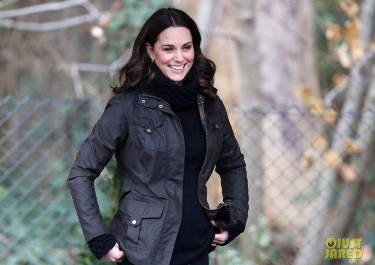凱特王子妃近日訪視倫敦小學再度以Barbour穿搭。圖/取自JUST JARED
