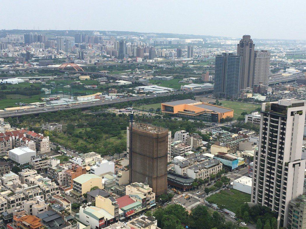 台北市不動產仲介經紀業公會理事長郭子立表示,建商及屋主該有個認知,市場要降價才會...