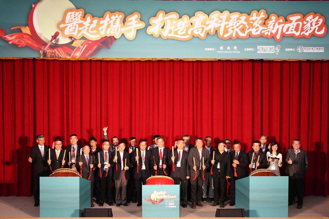 第一排(左起)麥德凱生科洪志駿總經理、高雄醫學大學附設醫院李澤民院長、南部科學園...