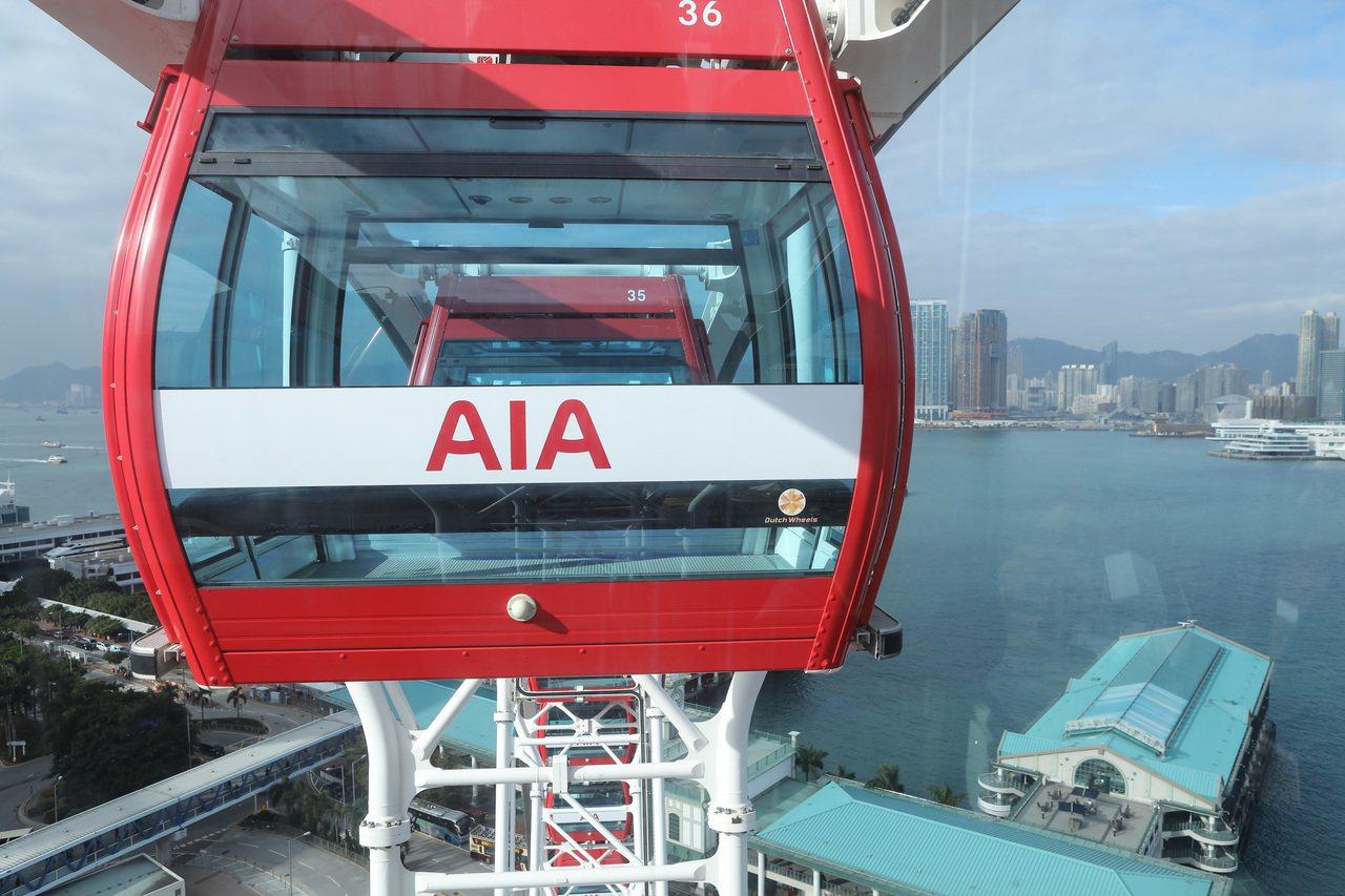 停止運逾三個半月的中環摩天輪,已換上「紅色新衣」,下周三重開。香港中國通訊社