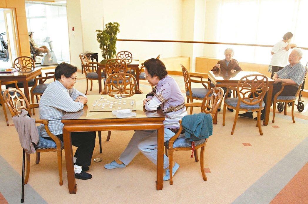 台灣明年即進入高齡社會,人口老化已成先進國家共同問題。 報系資料照