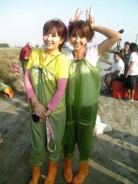謝忻(左)與小嫻(右)兩人工作的舊照。 圖/擷自小嫻臉書