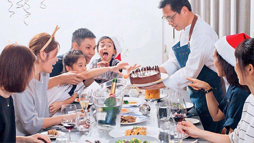 簡天才主廚(右站立者)為李昆霖執行長一家人設計的耶誕大餐,融合了法國傳統與李家人...