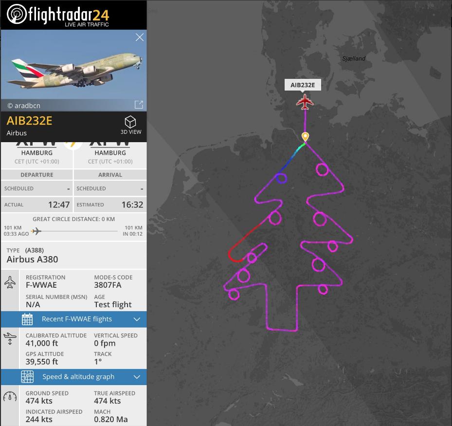 A380客機,測試機師在德國空中繪出一棵巨大聖誕樹,樹上掛著豐富裝飾品。圖擷...