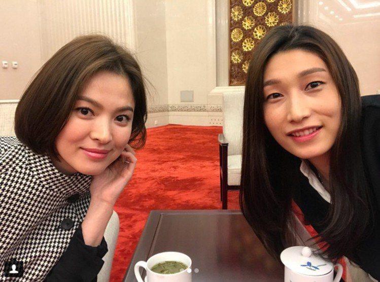 宋慧喬和參加同一場活動的南韓女子排球選手金軟景同框。圖/擷自instagram