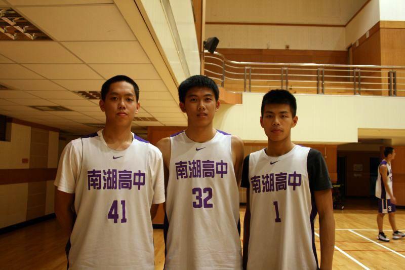 隊長黃和田、陳昱安及陳孝榕是南湖本季唯三高三球員,帶領學弟責任重大。 圖籃球筆記...