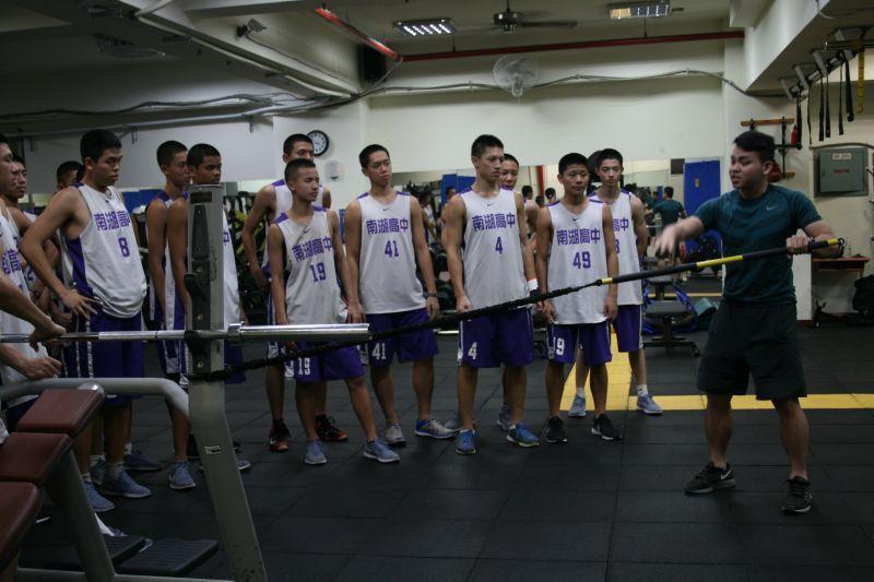 南胡教練王顥宇示範重量訓練。 圖籃球筆記提供