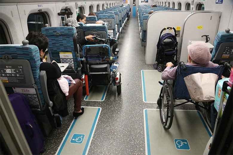 實際搭乘高鐵,會發現許多不需要輪椅席的旅客,高鐵公司卻將他們劃位在輪椅席上。 圖...