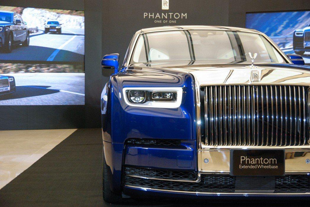 全新 Rolls-Royce Phantom 將歡慶女神加高了半吋,並具有更加霸氣的 Pantheon 鍍鉻水箱護罩與可達 600mm 光程的雷射頭燈組。 記者林鼎智/攝影