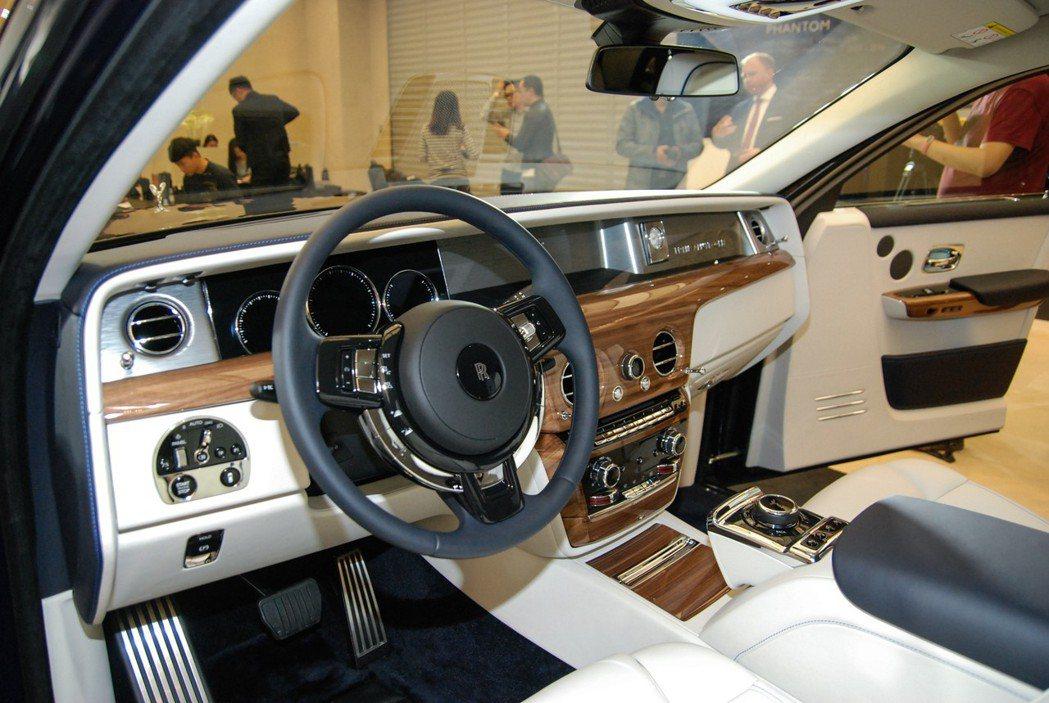 Phantom的車是大量採用頂級皮革與高檔木材,豪奢感一流。 記者林鼎智/攝影