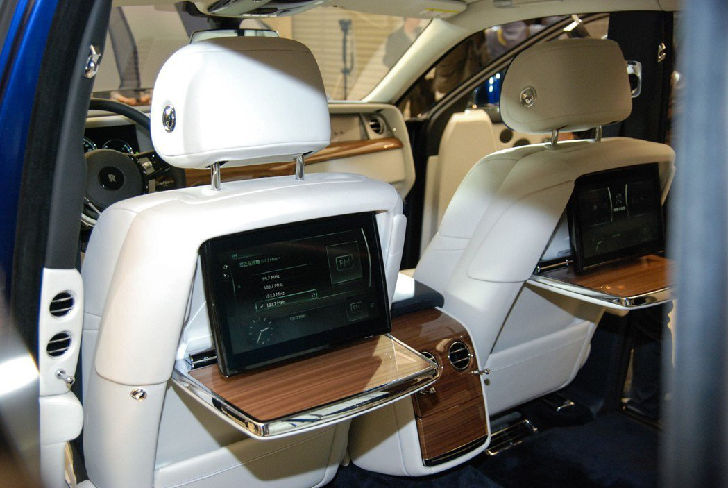 後座並具有隱藏式影音螢幕,加上手工舒適的車室地毯,可說是帝王般的享受。 記者林鼎智/攝影