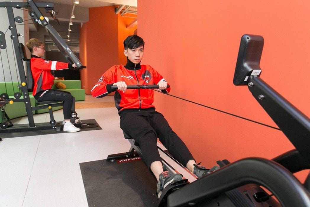 日常體能訓練,雕塑選手健康體態,打造成為電競娛樂明星。