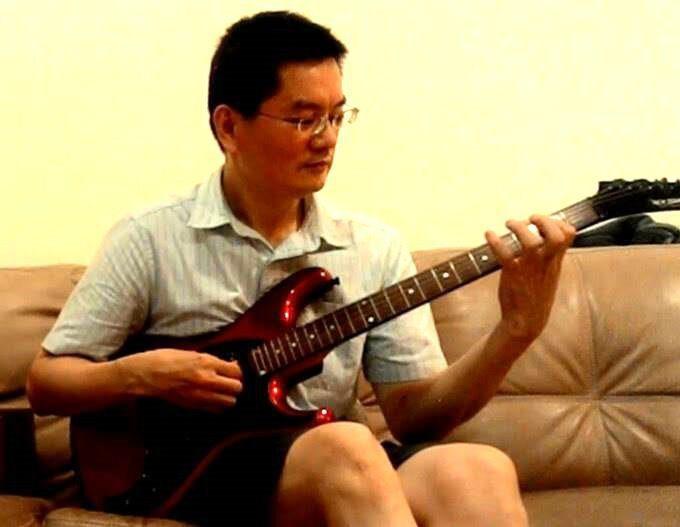 高等法院法官邱忠義自學生時期就接觸吉他,甚至還玩電吉他、組樂團。 記者王宏舜/翻...