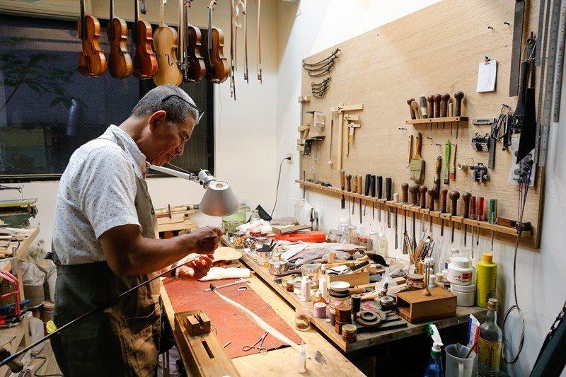 バイオリンの修理には多くの道具と精巧な技術が要求されます。 (写真╱楊智仁)