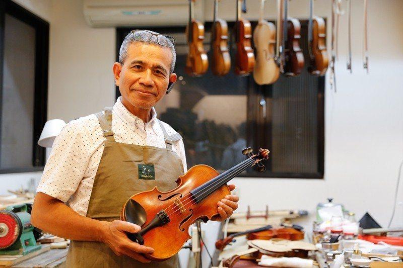 陸光朝さんが歩むバイオリン製作家の道は困難に満ちていますが、いつも楽しく向き合い...