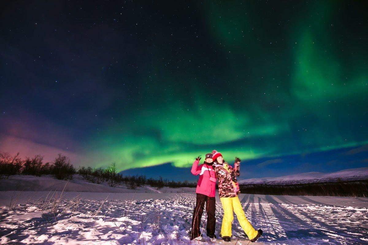 專業極光攝影師替你與極光拍下合照。