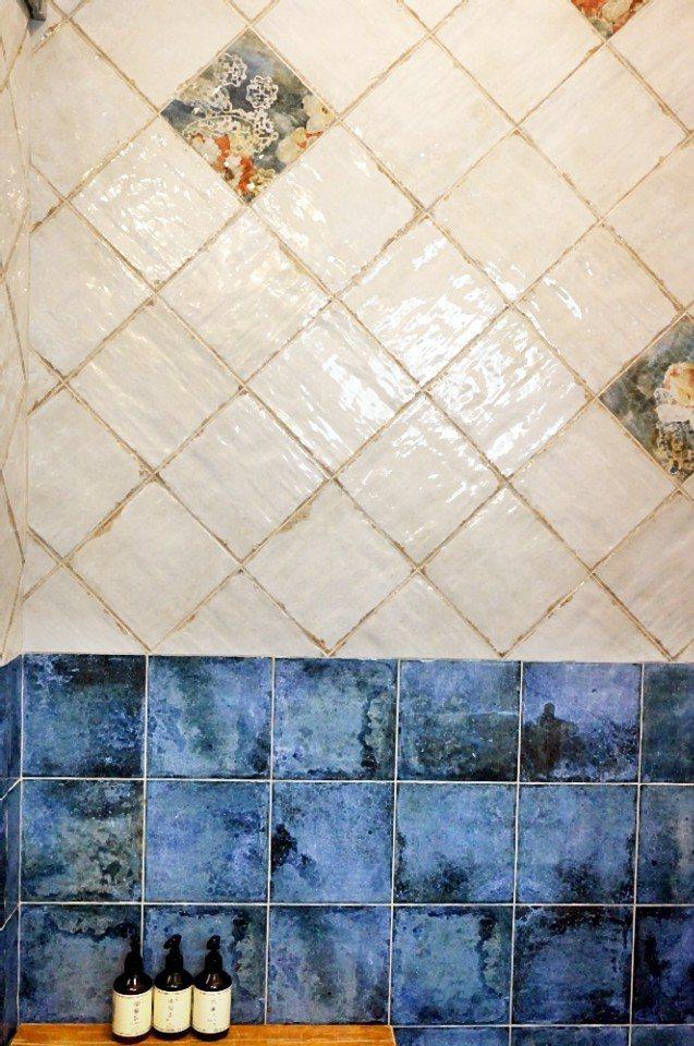 浴室的藍磚在英國家庭很常見。(攝影/林郁姍)