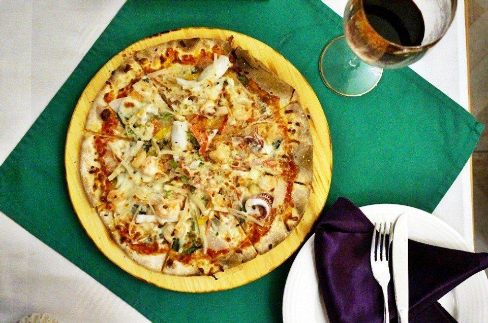 正統義式窯烤pizza,餅皮薄脆。(攝影/林郁姍)