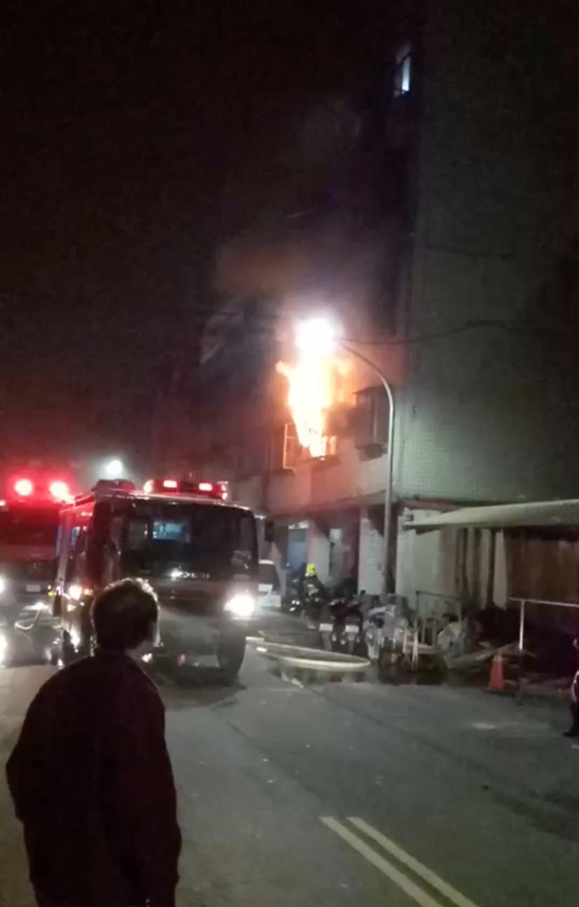 火警發生時,2樓竄出大火。圖/民眾提供