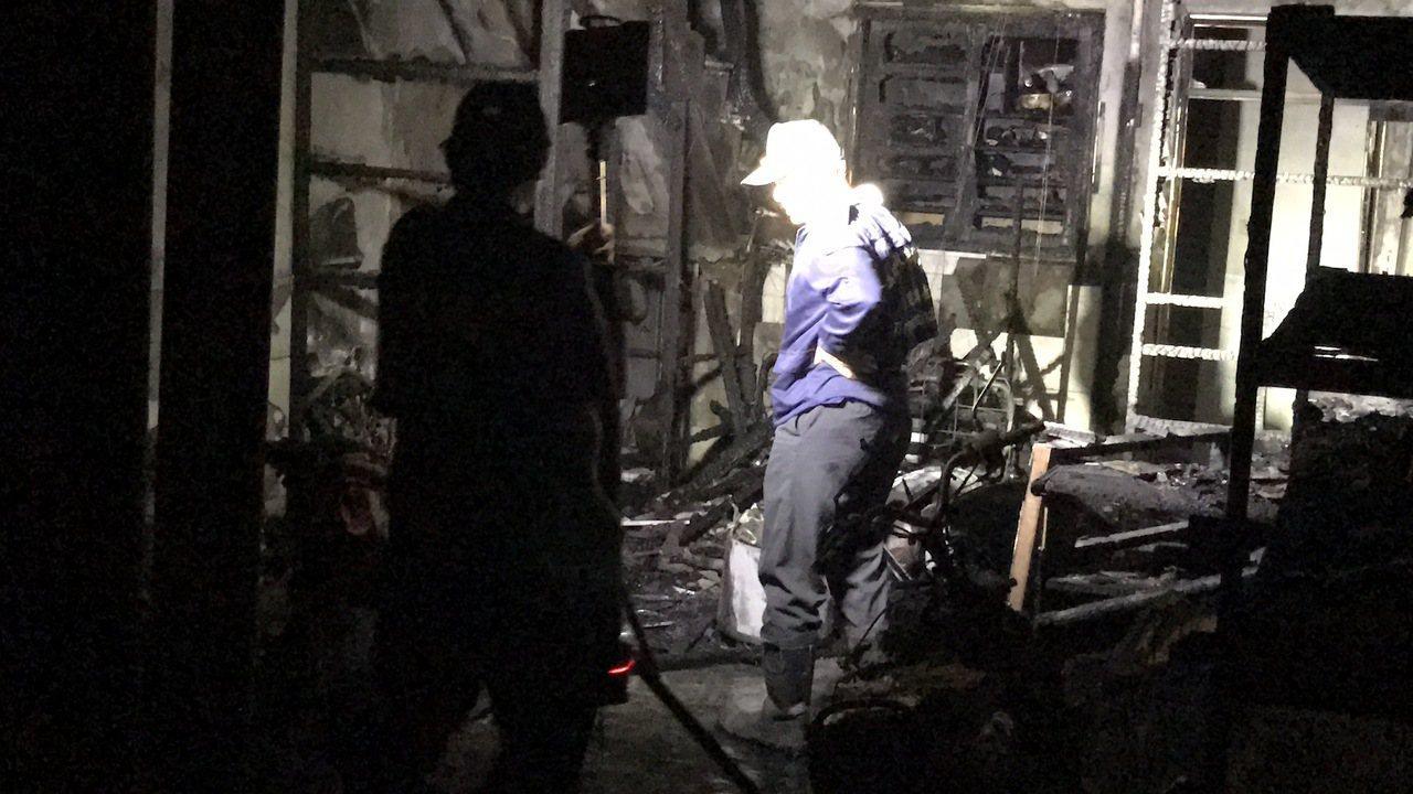 火勢撲滅,消防局火調科人員到場調查。記者劉星君/攝影