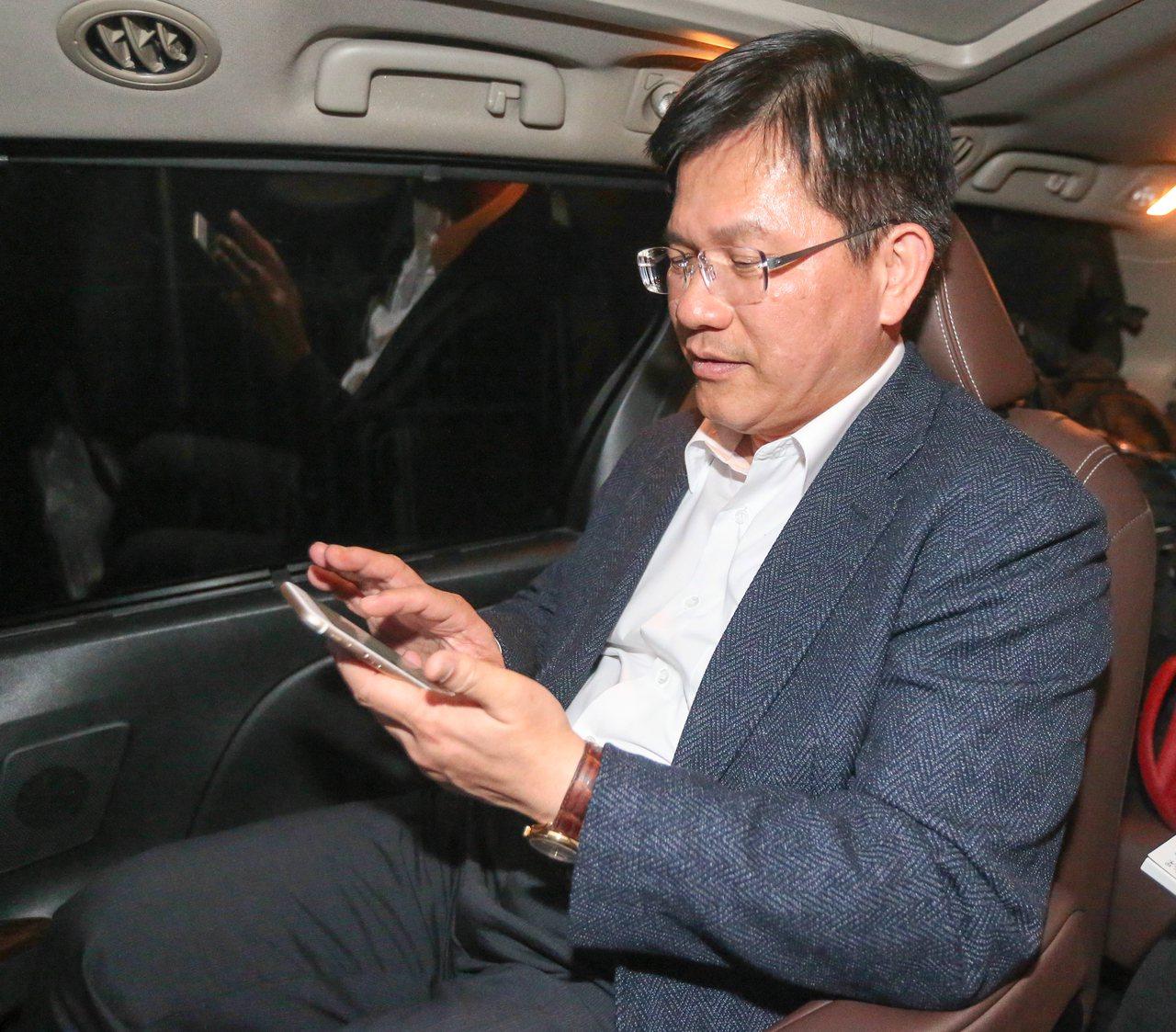 台中市長林佳龍趕行程途中,不忘滑手機處理事務。記者黃仲裕/攝影