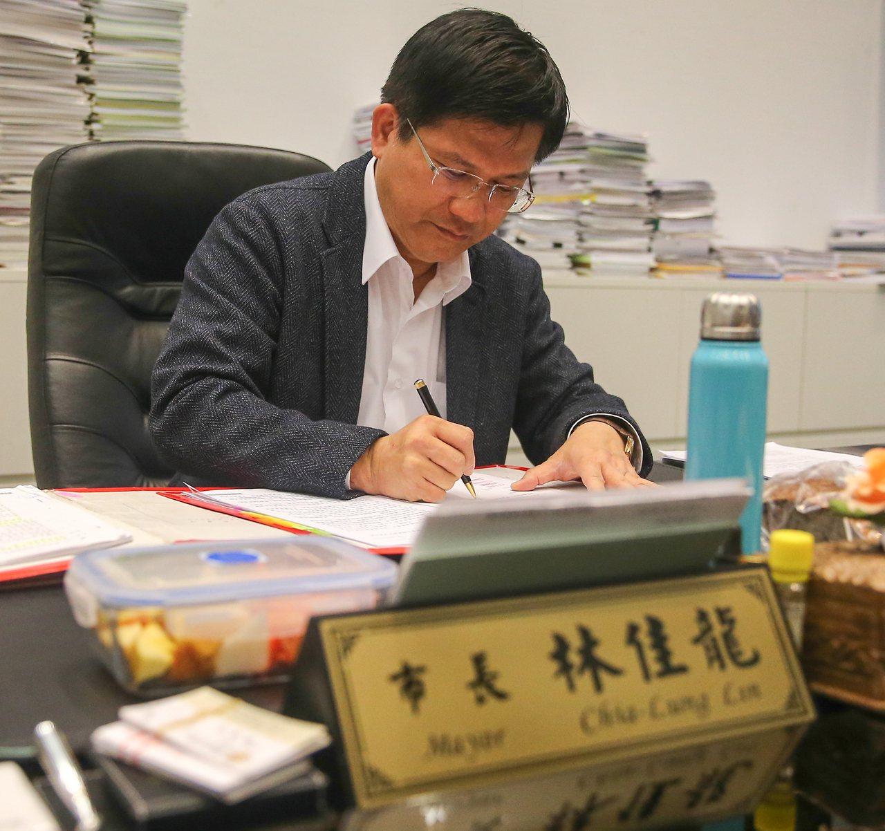 台中市長林佳龍每日早晨都會聽古典音樂,邊聽邊工作。記者黃仲裕/攝影