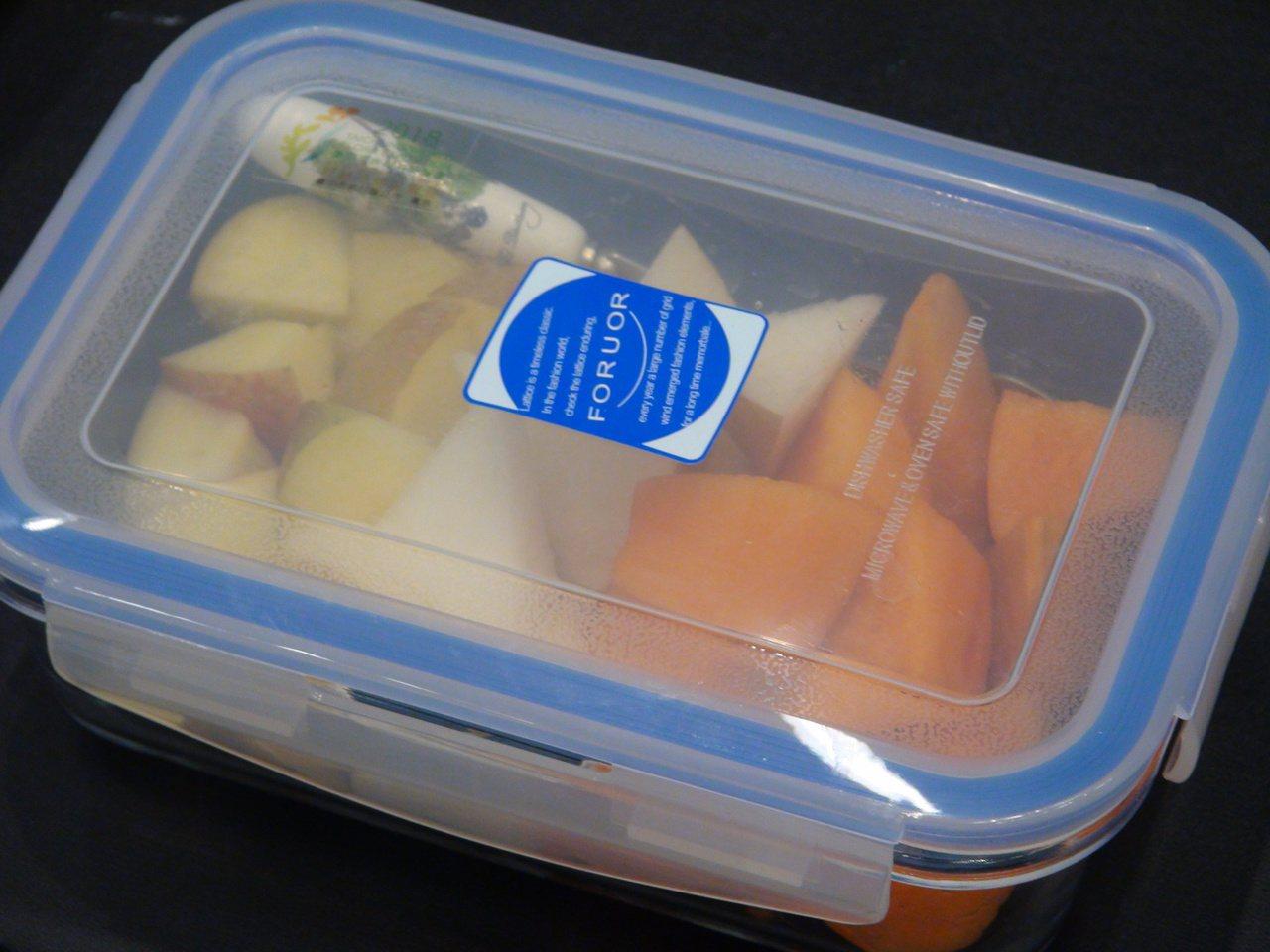 台中市長夫人廖婉如準備的愛心水果,有雪梨、甜柿、蜜蘋果。記者余采瀅/攝影