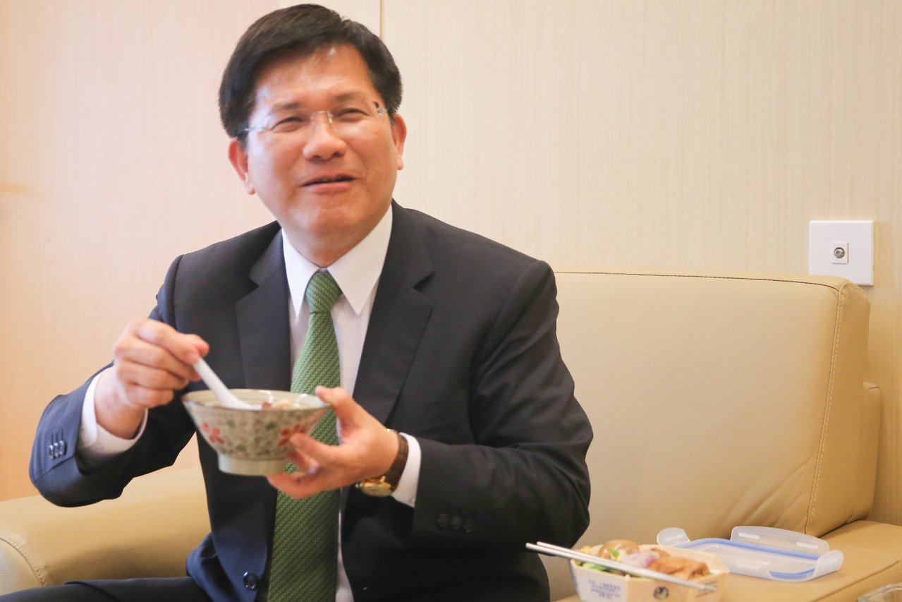 議會總質詢中午休息,台中市長林佳龍最愛來碗熱湯,暖暖腸胃。記者黃仲裕/攝影