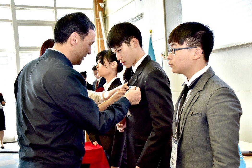 新北學生模擬聯合國會議,市長朱立倫(左)為學生主席授章。圖/新北市教育局提供