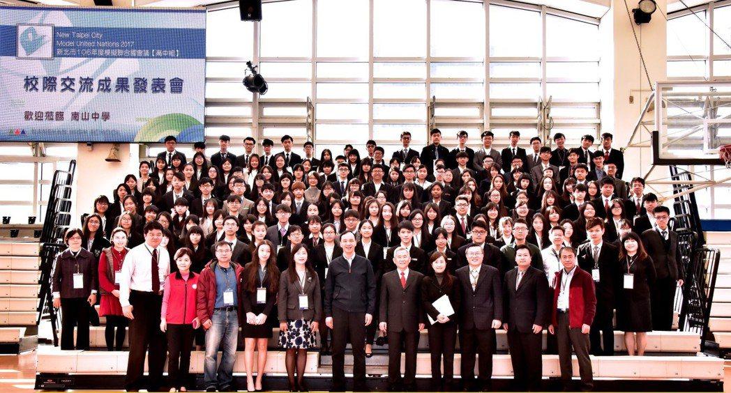 新北學生模擬聯合國會議,暢談國際議題,市長朱立倫與學生合影。圖/新北市教育局提供