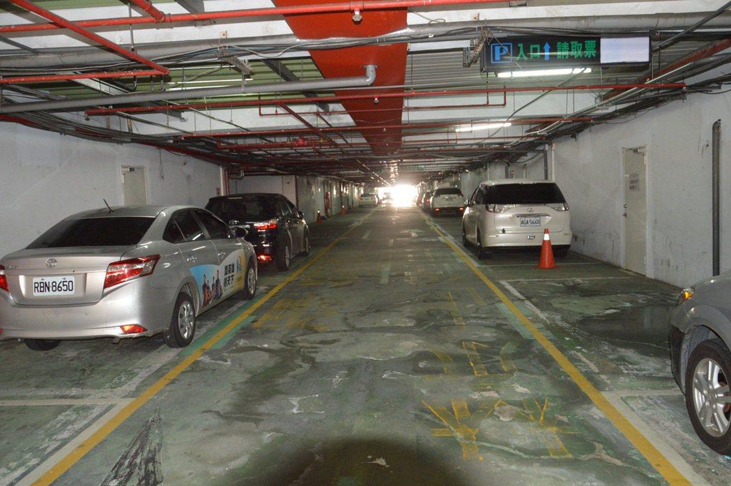 羅致政認為板橋體育場地下停車場應該釋出更多車位給民眾使用。記者施鴻基/攝影