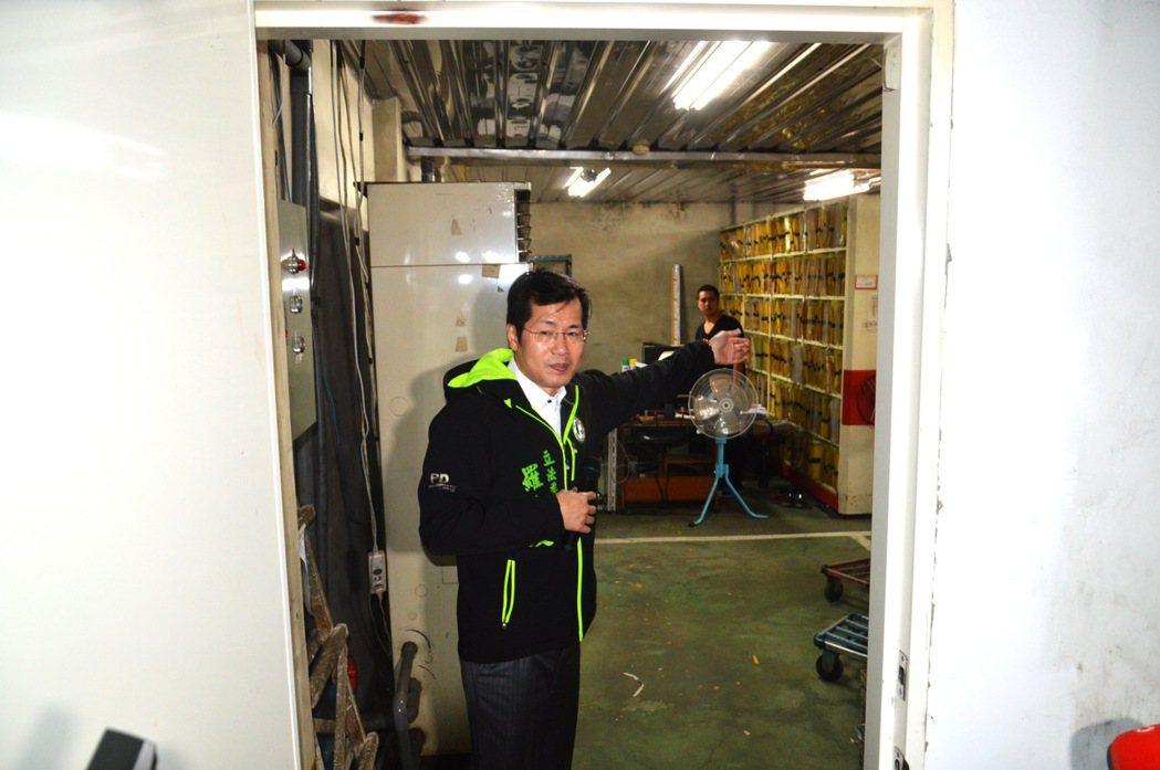 羅致政認為板橋體育場地下停車場的檔案室缺乏安全設施,一旦出事相當危險。記者施鴻基...