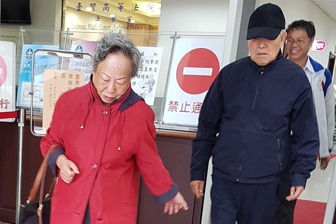 僑委會前委員長祝基瀅(右)與妻子林如一同出庭。記者王宏舜/攝影